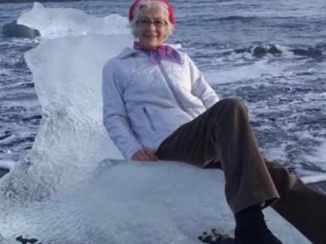 Ngồi trên tảng băng chụp ảnh, không ngờ bị cuốn trôi ra biển