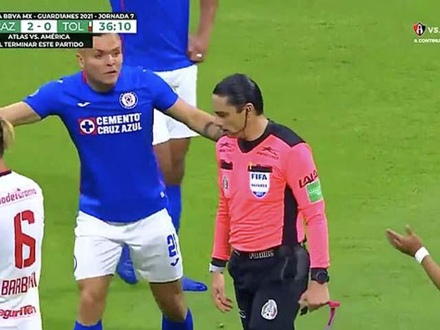 """Bóng đá Mexico tấu hài: Trọng tài """"đánh cắp"""" bàn thắng trước khung thành trống"""