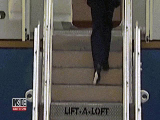 """Mỉa mai ông Biden vấp ngã liên tục, ông Trump cũng đôi ba lần """"bẽ bàng"""" với cầu thang"""