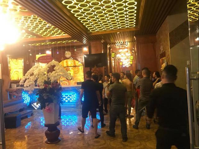 Nhiều tiếng súng vang lên khi hai băng nhóm giang hồ thanh toán nhau tại quán karaoke