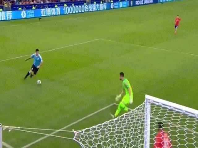 """Suarez """"tấu hài"""" Copa America: Đòi penalty vì bóng chạm tay... thủ môn"""