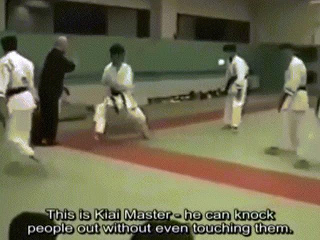 """Học võ vài ngày đòi đấu sư phụ, gã ngông cuồng """"đo sàn"""" sau 5 giây - 2"""