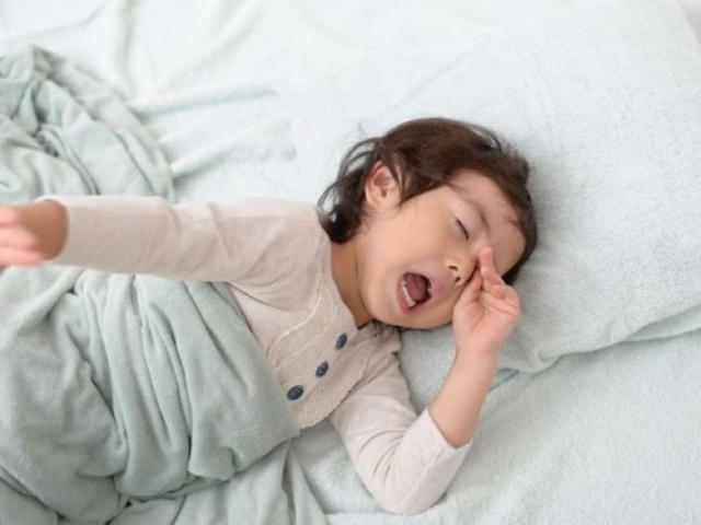 Một cặp song sinh, 1 đứa thích ngủ trưa, 1 đứa thì không, cuộc đời sau này quá khác biệt