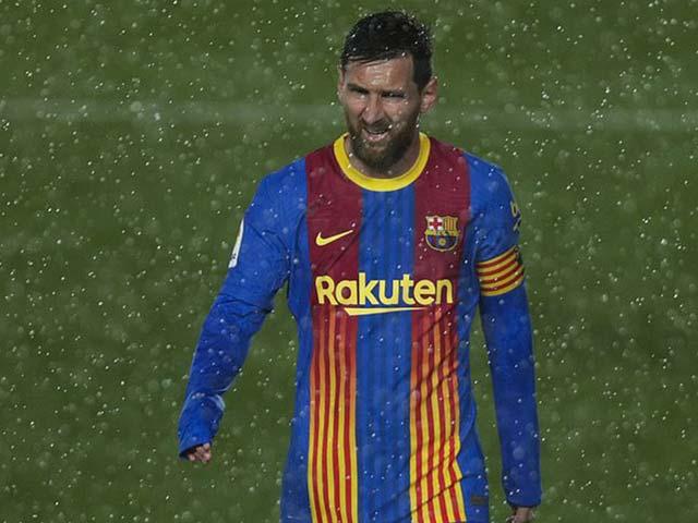 Messi suýt ghi bàn từ phạt góc ở Siêu kinh điển, vừa thay áo vừa run vì lạnh