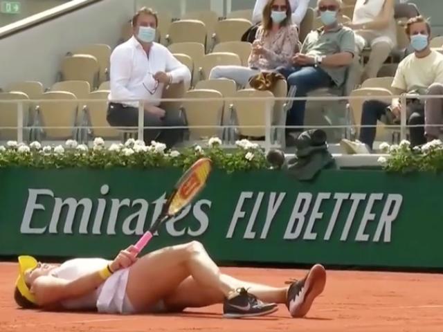 """Người đẹp tennis ngã ngửa vẫn ghi điểm, khán giả Roland Garros """"đỏ mặt"""""""
