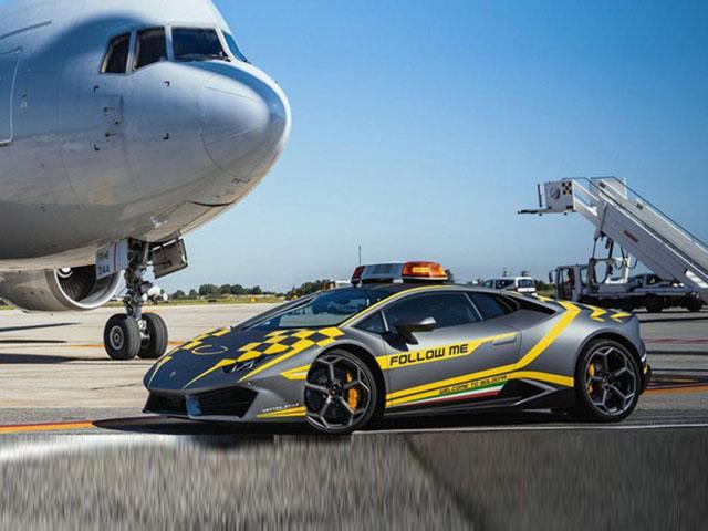 Lamborghini Huracan tại Italy cũng chỉ là phương tiện dẫn đường cho máy bay