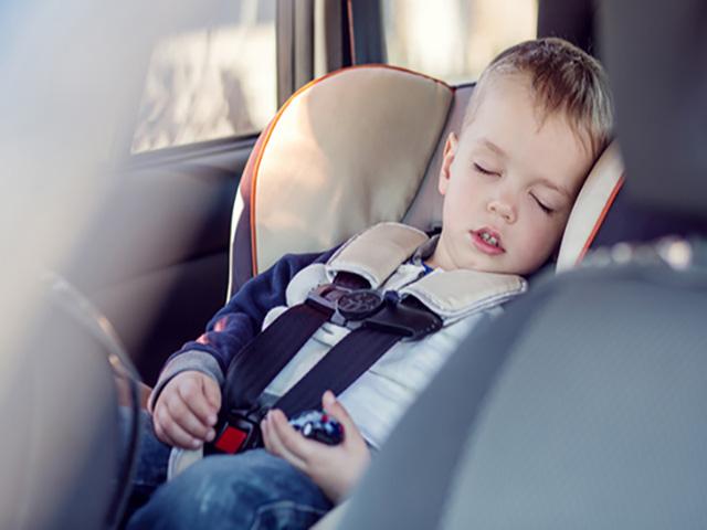 Ngủ trên xe hơi rất nguy hiểm và những kiến thức cần biết cho trẻ khi bị nhốt trong xe