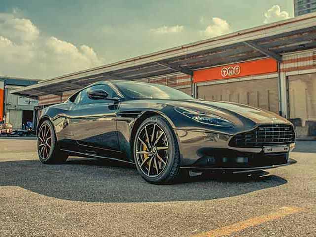 Aston Martin DB11 màu độc chính thức về tay người chơi xe Việt Nam