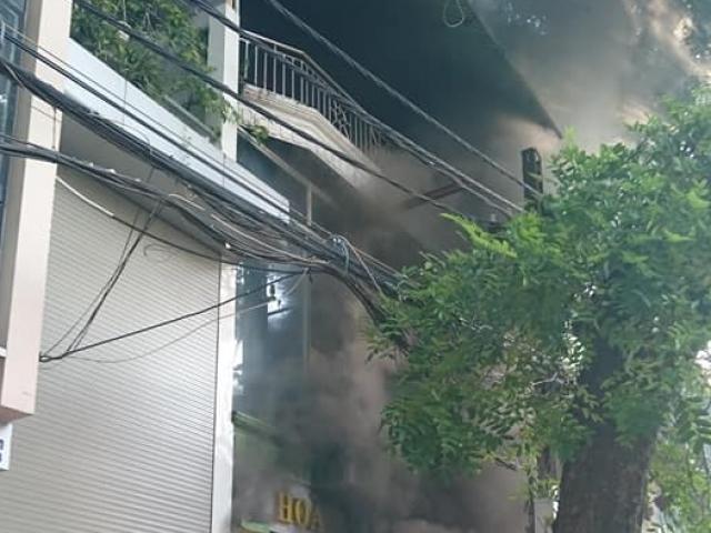 """Cháy lớn trên phố La Thành, nhiều người """"phi thân"""" qua cửa sổ"""
