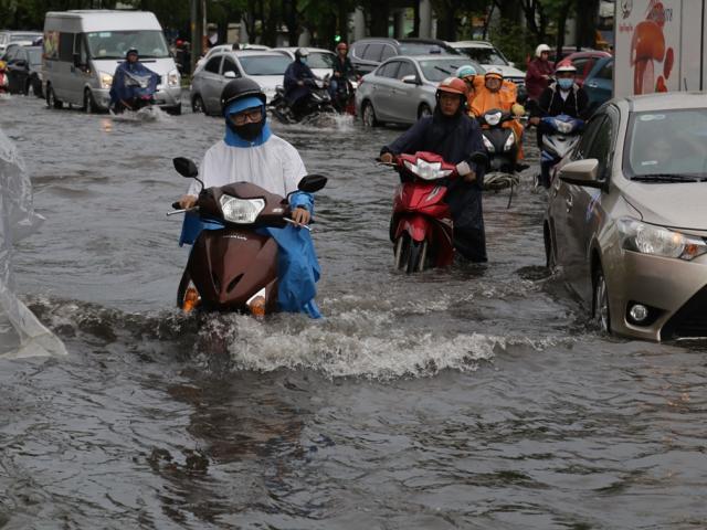 Đường phố Sài Gòn ngập lút bánh xe máy sau cơn mưa 30 phút