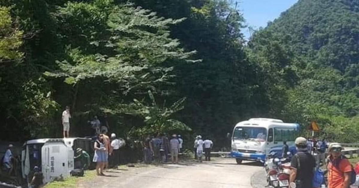 Lật xe du lịch, 8 người chết ở Quảng Bình