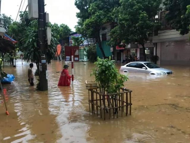 Mưa lớn khiến TP Lào Cai ngập sâu, nhiều ô tô ngụp lặn trong nước
