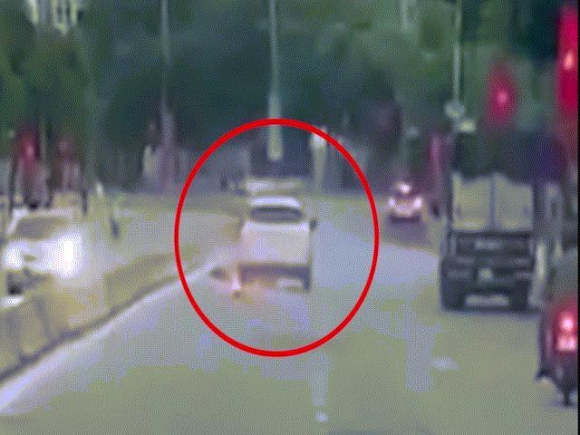 Clip: Xe con gây tai nạn rồi bỏ chạy, hàng chục xe khác rượt đuổi như phim hành động