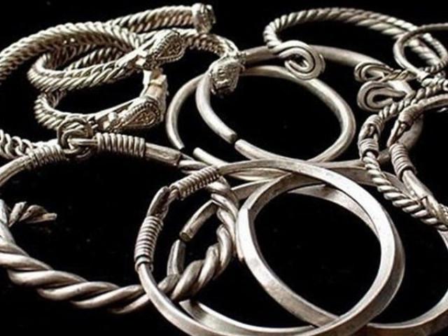 Phát hiện kho báu gồm toàn trang sức bạc giấu dưới lòng đất 900 năm