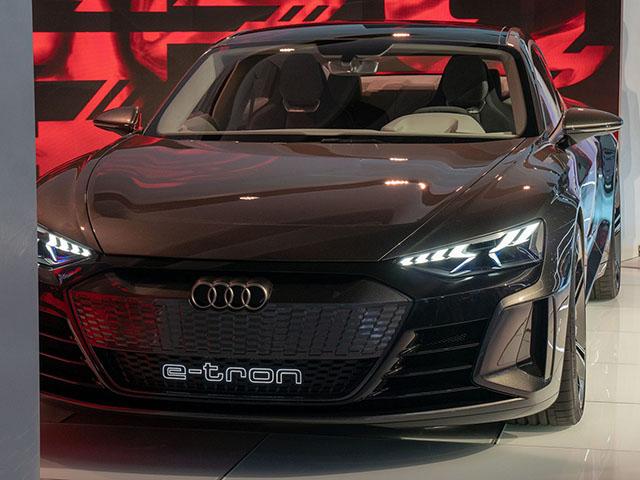 Chiêm ngưỡng hình ảnh của SUV chạy điện Audi E-tron đầu tiên tại Việt Nam - 16