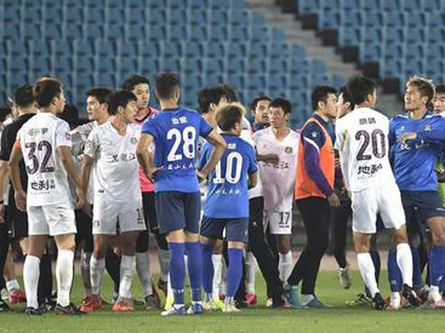 SỐC bóng đá Trung Quốc: 30 người hỗn chiến trên sân, 2 thẻ đỏ trừng trị