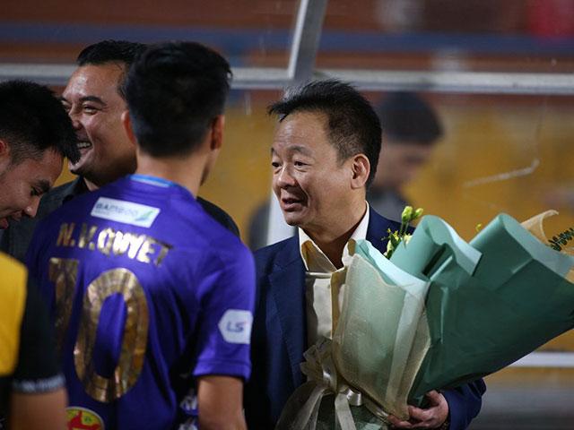 Quang Hải, Văn Hậu và sao Hà Nội FC mừng sinh nhật bầu Hiển như thế nào?