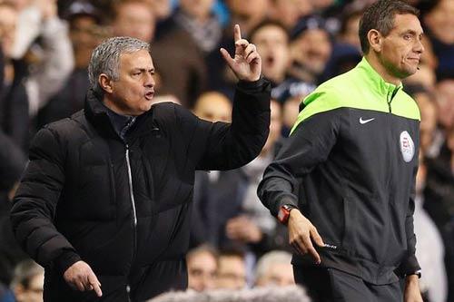 """Chê trọng tài """"béo"""", Mourinho đối mặt với án phạt"""