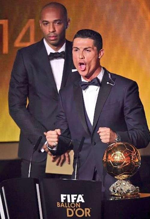 Henry buồn thiu nhìn Ronaldo nhận giải QBV