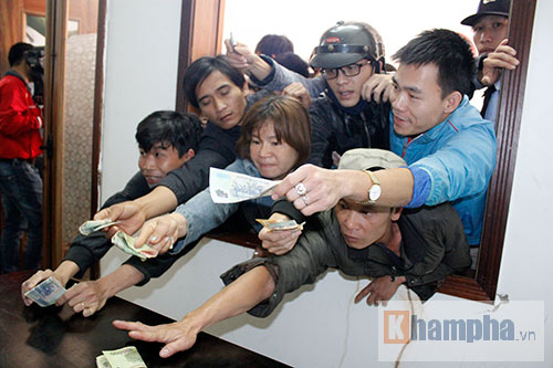 """[Ảnh + Video]  Chen lấn """"trầy da, tróc vảy"""" mua vé xem trận HAGL - Than Quảng Ninh"""