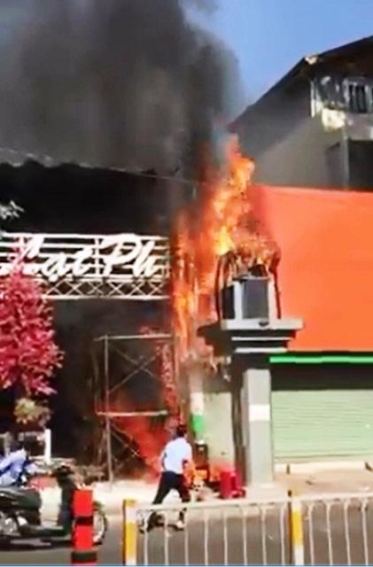 TPHCM: Cháy quán cà phê, khách nháo nhác bỏ chạy - hình ảnh 1