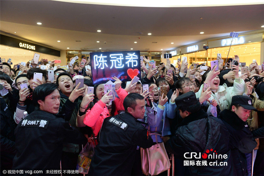 Hàng ngàn fan chen lấn xem Trần Quán Hy biểu diễn - hình ảnh 1