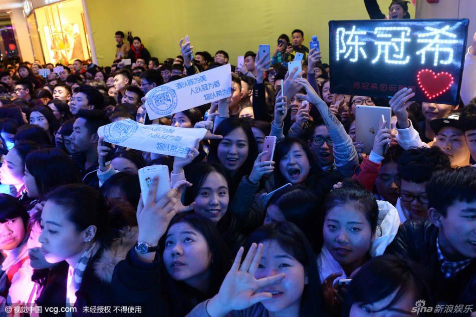 Hàng ngàn fan chen lấn xem Trần Quán Hy biểu diễn - hình ảnh 6