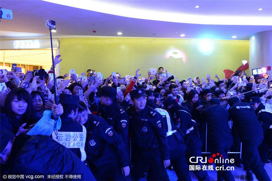 Hàng ngàn fan chen lấn xem Trần Quán Hy biểu diễn - hình ảnh 2