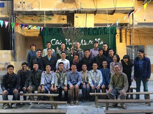 MC Quang Minh xắn quần tắm cho heo giữa chung cư - hình ảnh 1