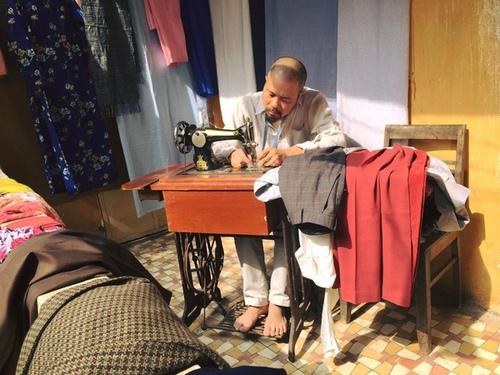 MC Quang Minh xắn quần tắm cho heo giữa chung cư - hình ảnh 2