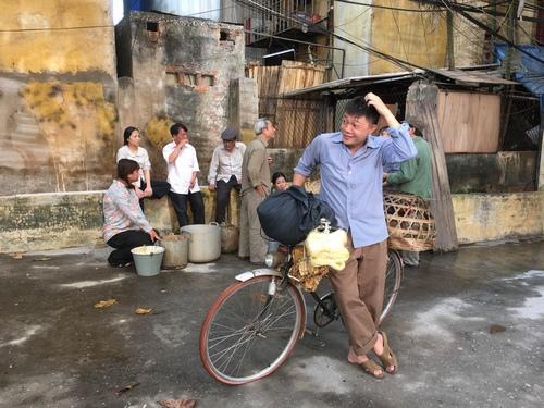 MC Quang Minh xắn quần tắm cho heo giữa chung cư - hình ảnh 7
