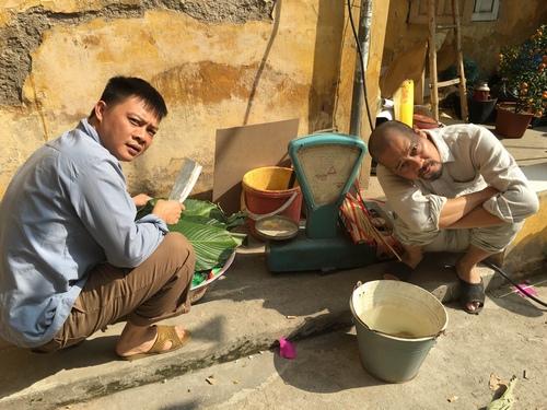 MC Quang Minh xắn quần tắm cho heo giữa chung cư - hình ảnh 9