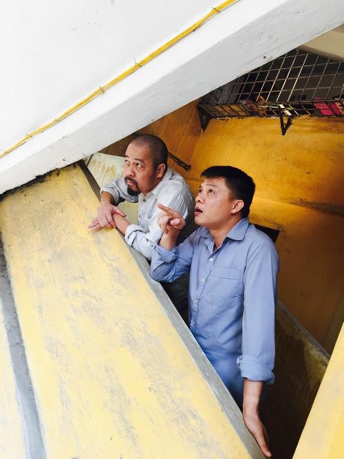 MC Quang Minh xắn quần tắm cho heo giữa chung cư - hình ảnh 10
