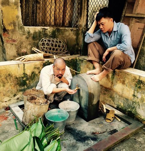 MC Quang Minh xắn quần tắm cho heo giữa chung cư - hình ảnh 11