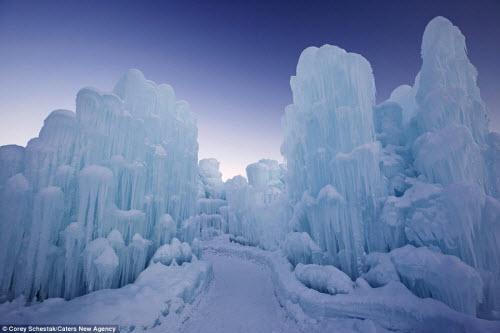 Lâu đài băng khổng lồ đẹp như trong truyện cổ tích - hình ảnh 1
