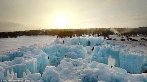 Lâu đài băng khổng lồ đẹp như trong truyện cổ tích - hình ảnh 12