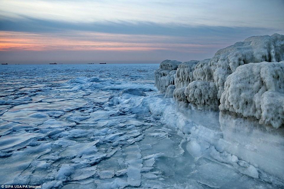 Cảnh đẹp thần tiên dọc bờ biển đóng băng ở Trung Quốc - hình ảnh 1