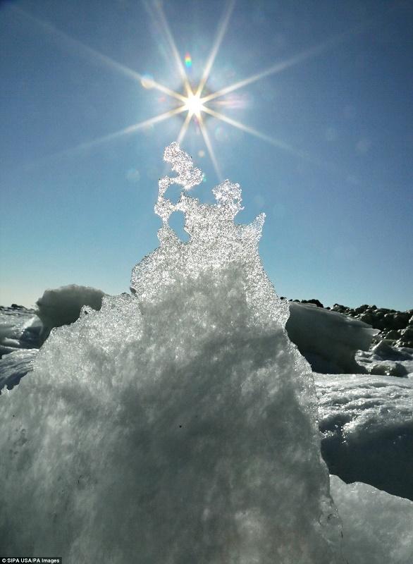 Cảnh đẹp thần tiên dọc bờ biển đóng băng ở Trung Quốc - hình ảnh 5