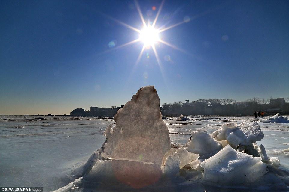 Cảnh đẹp thần tiên dọc bờ biển đóng băng ở Trung Quốc - hình ảnh 6