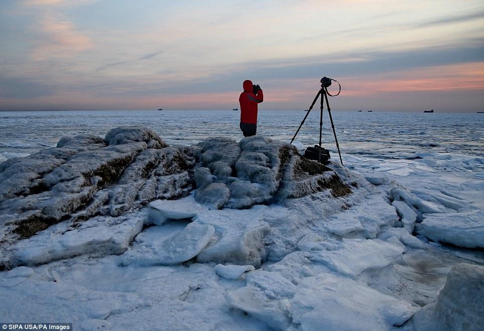 Cảnh đẹp thần tiên dọc bờ biển đóng băng ở Trung Quốc - hình ảnh 7