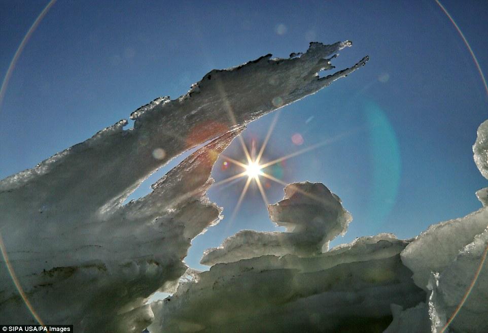 Cảnh đẹp thần tiên dọc bờ biển đóng băng ở Trung Quốc - hình ảnh 9