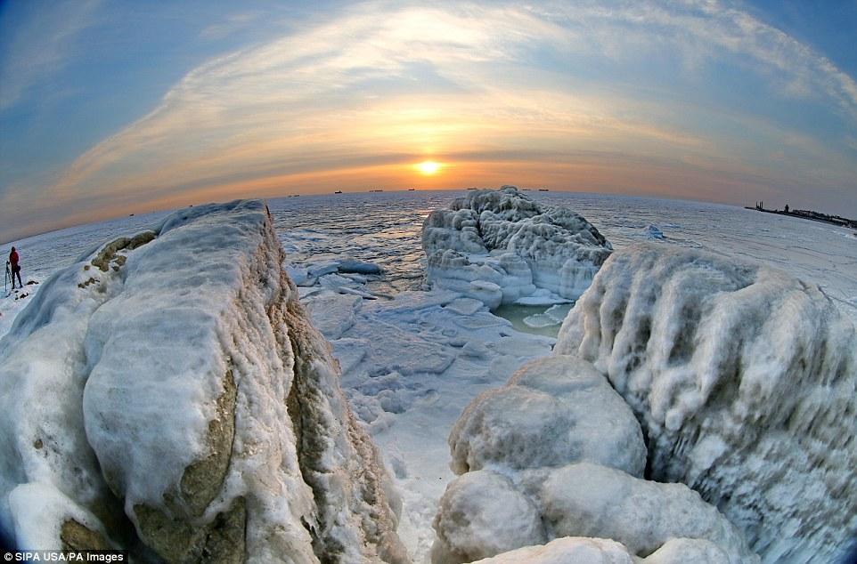 Cảnh đẹp thần tiên dọc bờ biển đóng băng ở Trung Quốc - hình ảnh 4