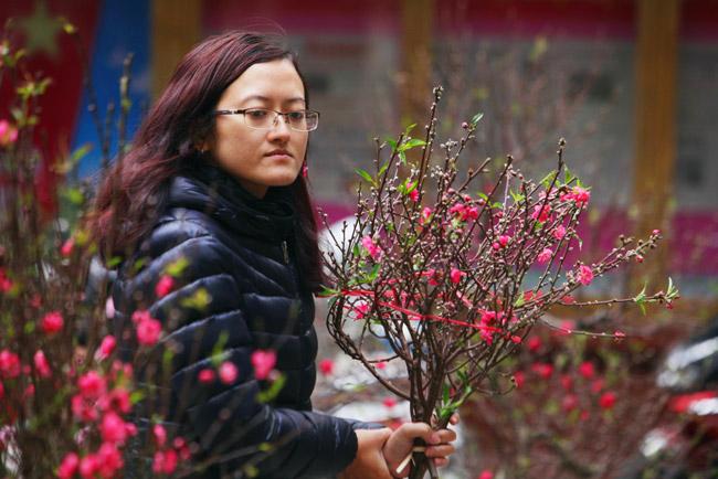Ảnh: Sắc màu chợ hoa xuân phố cổ ngày cận Tết - hình ảnh 2