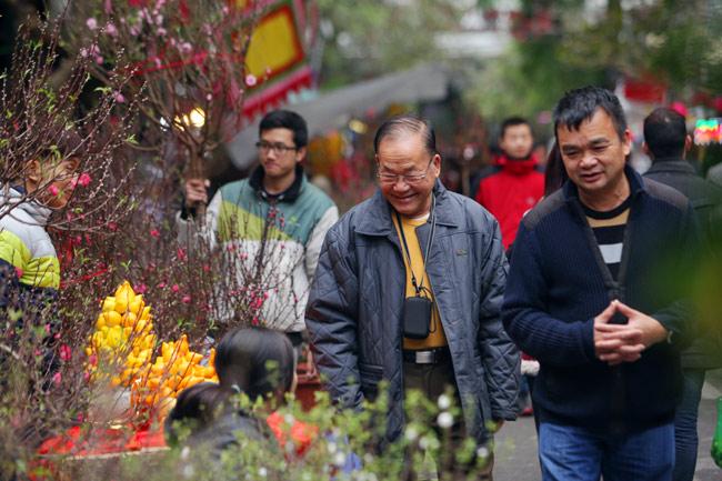 Ảnh: Sắc màu chợ hoa xuân phố cổ ngày cận Tết - hình ảnh 4