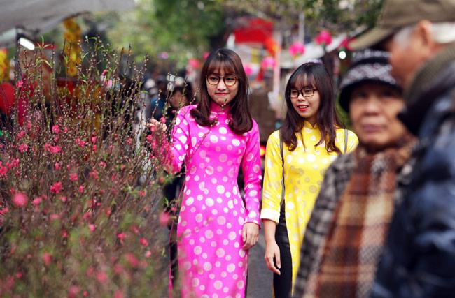 Ảnh: Sắc màu chợ hoa xuân phố cổ ngày cận Tết - hình ảnh 6