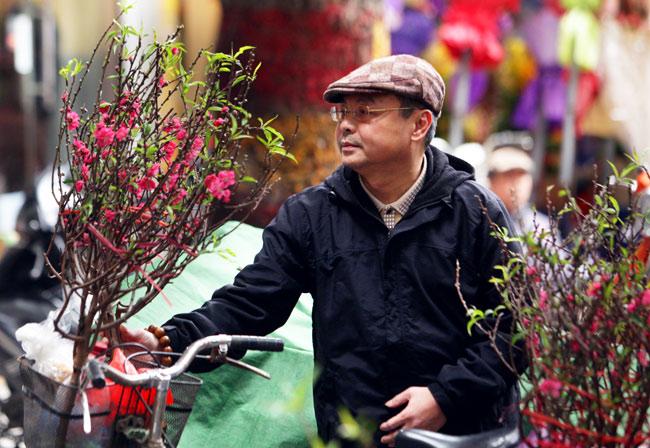 Ảnh: Sắc màu chợ hoa xuân phố cổ ngày cận Tết - hình ảnh 3