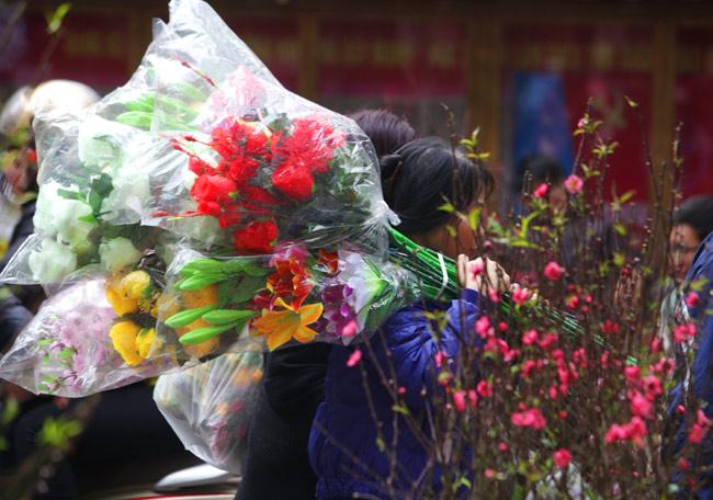 Ảnh: Sắc màu chợ hoa xuân phố cổ ngày cận Tết - hình ảnh 14