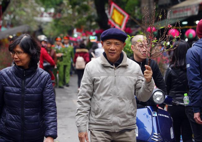 Ảnh: Sắc màu chợ hoa xuân phố cổ ngày cận Tết - hình ảnh 7