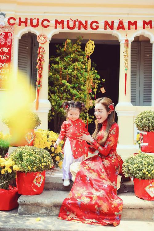 'Cục cưng' nhà sao Việt đáng yêu với áo dài, khăn xếp - hình ảnh 1