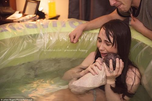Khoảnh khắc thiêng liêng khi em bé chào đời - hình ảnh 1